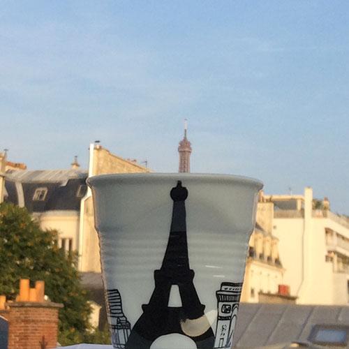 Avec cette promenade sur les bords de Seine, découvrez les grands monuments de Paris : le Sacré coeur, Notre Dame, le grand Palais, l'Arc de Triomphe et bien sûr la Tour Eiffel en silhouette... Et ces tasses sont aussi parfaites pour vos desserts en format individuel