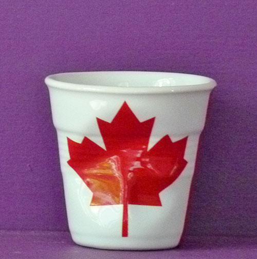 le canada en version tasse à café froissée par Revol est une création de Béatrice Pene pour la célèbre manufacture de porcelaine française