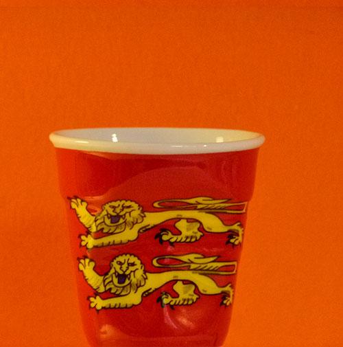 la normandie en version tasse à café froissée par Revol est une création de Béatrice Pene pour la célèbre manufacture de porcelaine française
