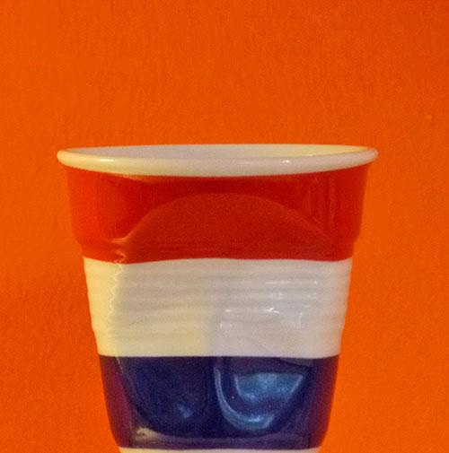 pays bas tasse à café froissée par Revol est une création de Béatrice Pene pour la célèbre manufacture de porcelaine française