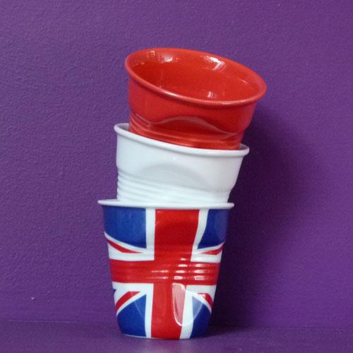 tube de trois tasses froissées Revol , une blanche, une rouge et un drapeau anglais