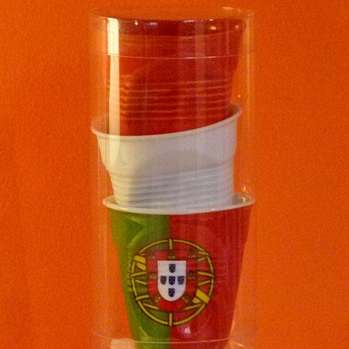 tube de trois tasses froissées Revol , une blanche, une rouge et un drapeau Portugal