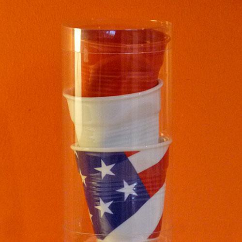 tube de trois tasses froissées Revol , une blanche, une rouge et un drapeau USA