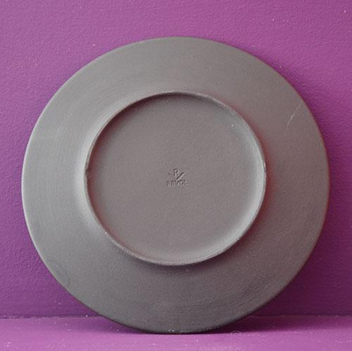 assiette rouge à partager en porcelaine noire et émaillage rouge par les ateliers Revol, fabrication française