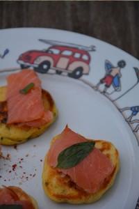 assiette surf blinis maison avec saumon fumé et feuille de basilic et le dessin de l'assiette family surf sur assiettes et compagnie