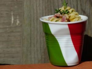 tasse italie et recette de pates carbonara sur assiettes et gourmandises