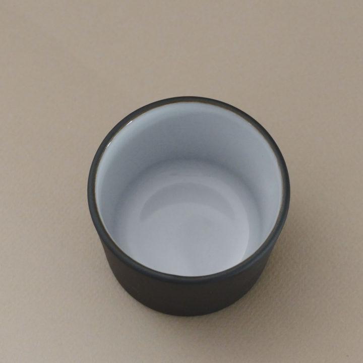 petit pot à tapas en porcelaine noire et émaille en blanc, une création revol made in france