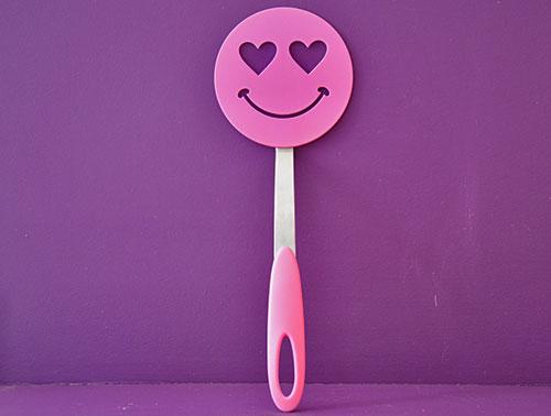 spatule smiley rose amoureuse par tovolo sur assiettes et compagnie