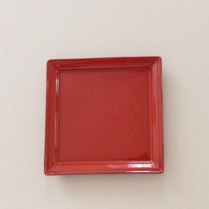 assiette revol en porcelaine noire et emaillée en rouge