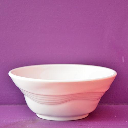 ce bol froissée de chez revol reprend la célèbre tasse froissée mais en version coupelle en porcelaine, fabrication française par les porcelaines revol
