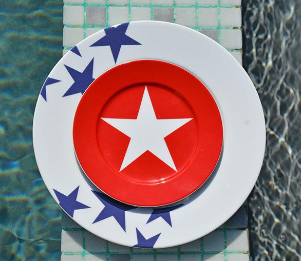 assiette BLEU et son assiette à dessert en version rouge la nouvelle collection de porcelaine d'assiettes et compagnie, toujours en fabrication française et design par béatrice pene
