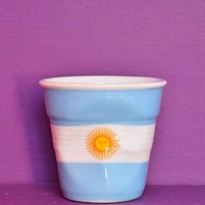 tasse drapeau argentine de la collection flag by beatrice pene, une édition limitée des porcelaines revol, fabrication française
