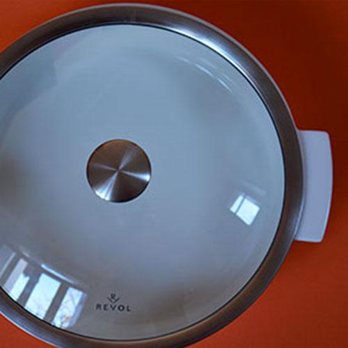 cocotte grand format Revolution en porcelaine blanche et couvercle transparent par la manufacture Revol; made in france