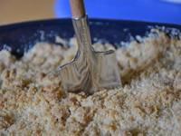 cuillère bèche pour attaquer le crumble aux pommes d'assiettes et gourmandises