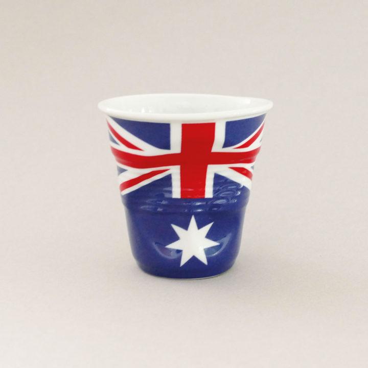 la tasse cappuccino Autralie fait partie de la collection flag par revol, une série de tasses froissées en porcelaine éditée pas revol à partir d'une idée originale de béatrice pene créatrice d'assiettes et compagnie