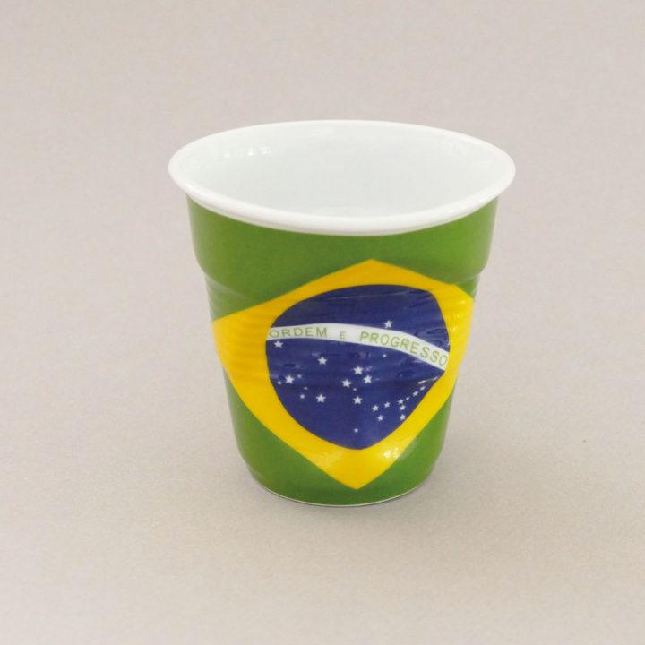 la tasse cappuccino brésil fait partie de la collection flag par revol, une série de tasses froissées en porcelaine éditée pas revol à partir d'une idée originale de béatrice pene créatrice d'assiettes et compagnie