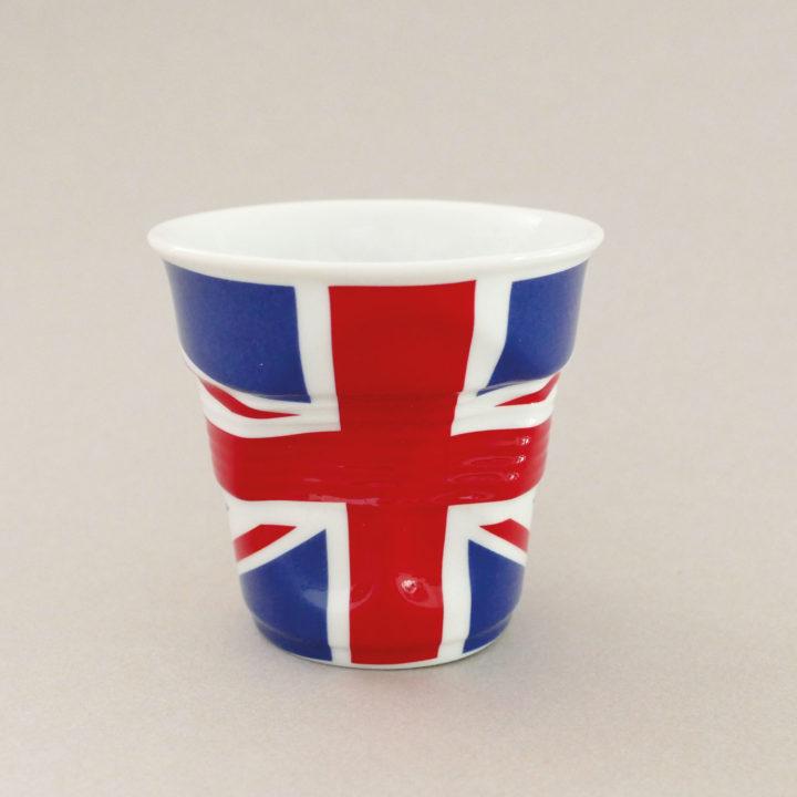 la tasse cappuccino Grande Bretagne fait partie de la collection flag par revol, une série de tasses froissées en porcelaine éditée pas revol à partir d'une idée originale de béatrice pene créatrice d'assiettes et compagnie