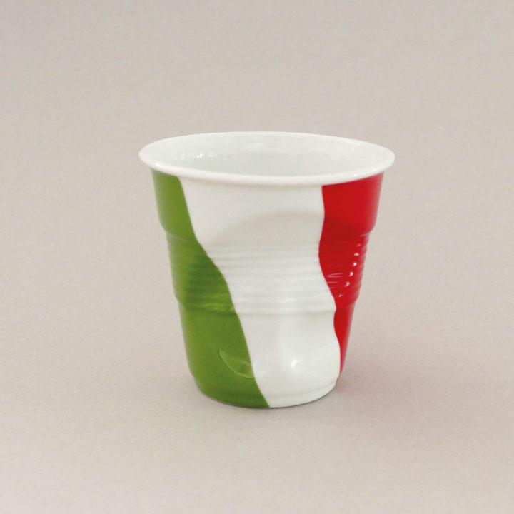 la tasse cappuccino Italie fait partie de la collection flag par revol, une série de tasses froissées en porcelaine éditée pas revol à partir d'une idée originale de béatrice pene créatrice d'assiettes et compagnie