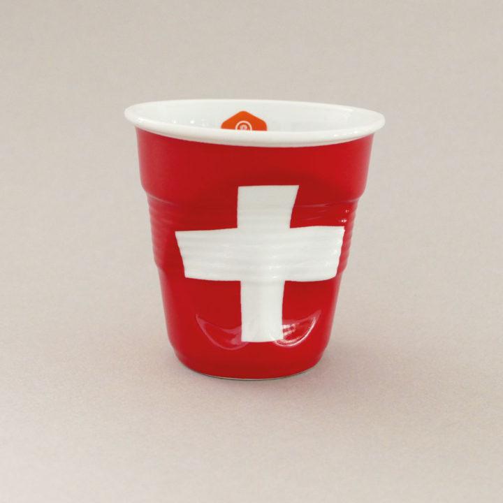 la tasse cappuccino suisse fait partie de la collection flag par revol, une série de tasses froissées en porcelaine éditée pas revol à partir d'une idée originale de béatrice pene créatrice d'assiettes et compagnie