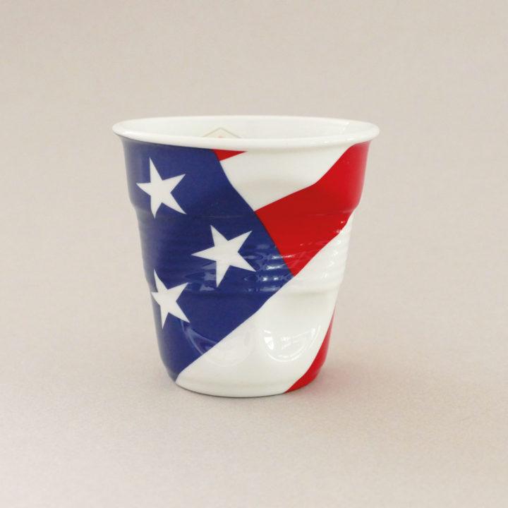 la tasse cappuccino USA fait partie de la collection flag par revol, une série de tasses froissées en porcelaine éditée pas revol à partir d'une idée originale de béatrice pene créatrice d'assiettes et compagnie