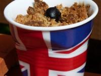 crumble pommes et cassis dans tasse drapeau anglais