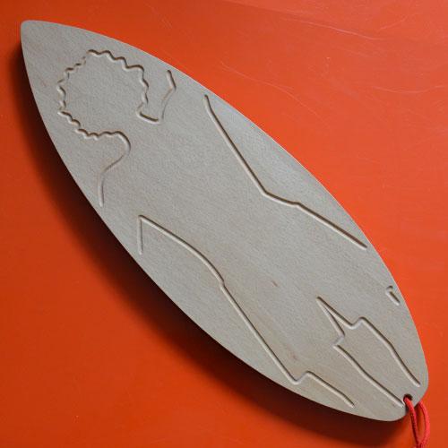 Assiettes et compagnie a décidé de réinventer les planches à découper : avec du bois massif mais un design innovant voici notre première planche à découper en hêtre massif en forme de surf et de surfeur (la vraie rigole pour le jus) - design béatrice pene pour assiettes et compagnie