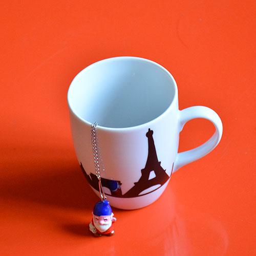 une boule à thé avec un nain de jardin au bout histoire de prendre le thé en rêvant