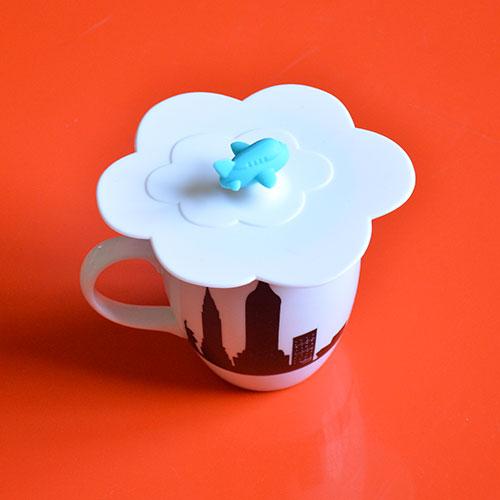 un couvercle à tasse de thé ou de café pour garder sa boisson bien chaude, voici un ustensile très pratique