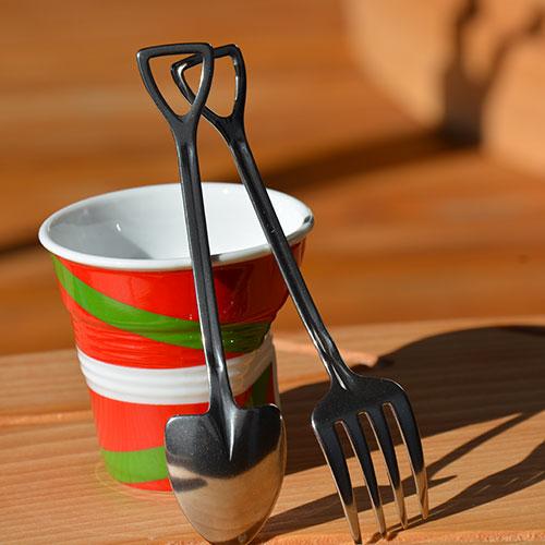 couverts qui évoquent des outils de jardinage en miniatures un vrai clin d'oeil pour les cafés ou thés gourmands