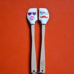 deux mini spatules tovolo de la collection spatulart pour évoquer le pays basque avec ces moutons noirs et blanc.... très pratiques pour cuisiner