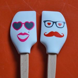 deux mini spatules tovolo de la collection spatulart pour évoquer le couple avec madame et monsieur spatule.... très pratiques pour cuisiner