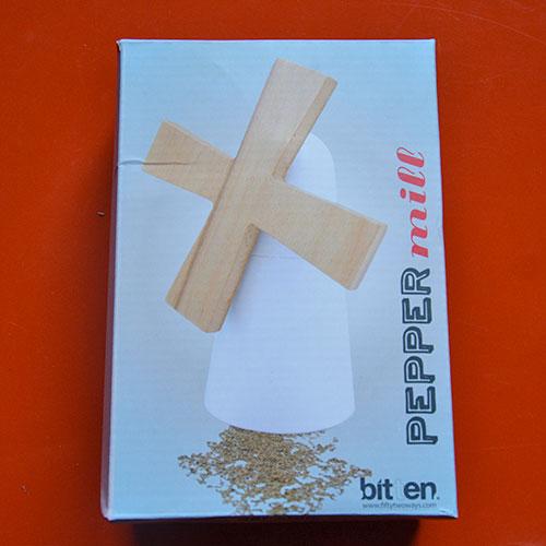 moulin à poivre ou a sel en forme de moulin à vent, un ustensile de cuisine poétique et pratique, une sélection de noel par assiettes et compagnie