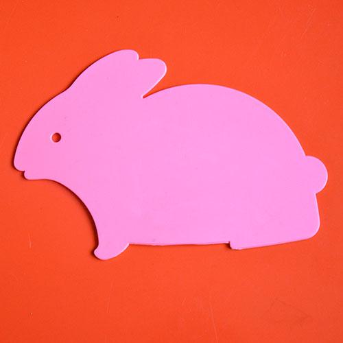 planche le lapin rose pour découper des carottes mais aussi un tas d'autres choses