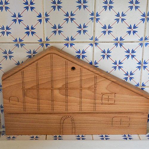 planche à découper ETXE, une création originale d'assiettes et compagnie en partenariat avec l'ébéniste desmarchelier : une vraie planche à découper en hêtre massif qui reprend le design de la maison basque traditionnelle avec les lambourdes en bois - made in france