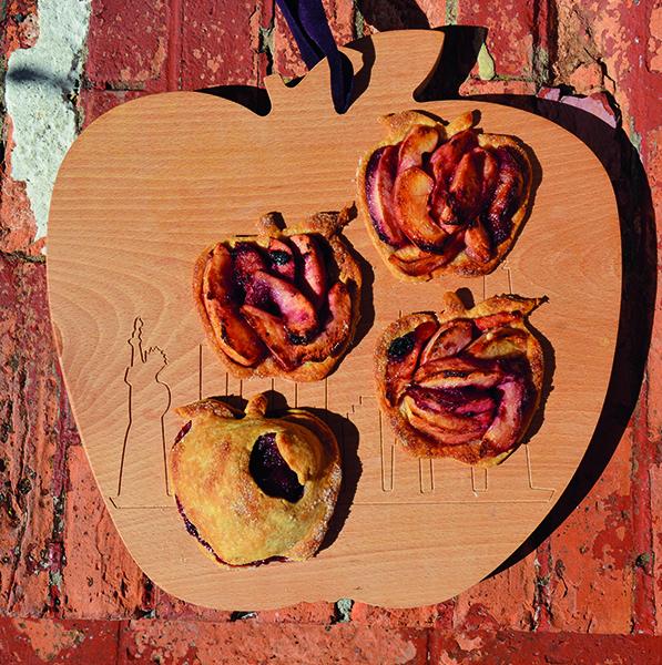 la planche à découper big apple met à l'honneur NYC et son skyline - planche à découper en hêtre massif , élaborée par un ébéniste pour Assiettes et compagnie - fabrication française