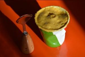 premier mug cake sur assiettes et gourmandises, essai dans une tasse capuccino Revol drapeau italien