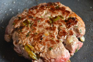 hamburger maison par assiettes et gourmandises sur assiette basque