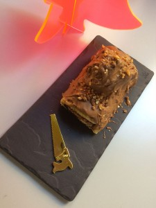 une assiette revol en ardoise pour présenter une buche de noel au nutela