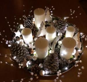 centre de table pour les fetes avec des pommes de pin et des bougies
