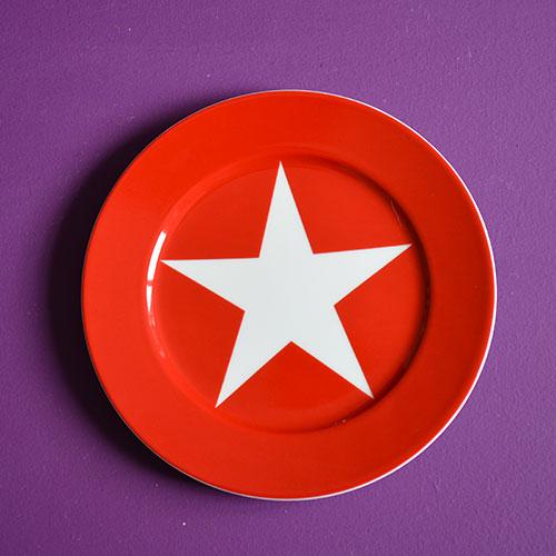 assiette dessert rouge de la collection BLEU la nouvelle collection de porcelaine d'assiettes et compagnie, toujours en fabrication française et design par béatrice pene