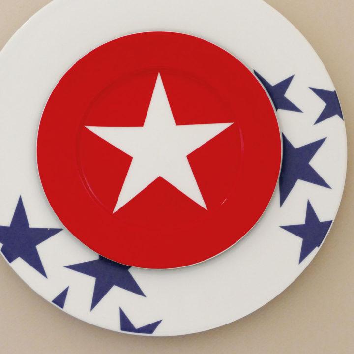 assiette dessert rouge étoile blanche de la collection bleu, une série d'assiettes malicieuses qui mélange les codes, une création Assiettes et compagnie