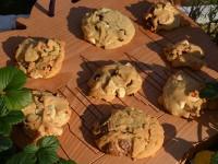 petits biscuits aux pépites de chocolat blanc et au lait par assiettes et gourmandises présentés sur la planche à découper big apple NYC