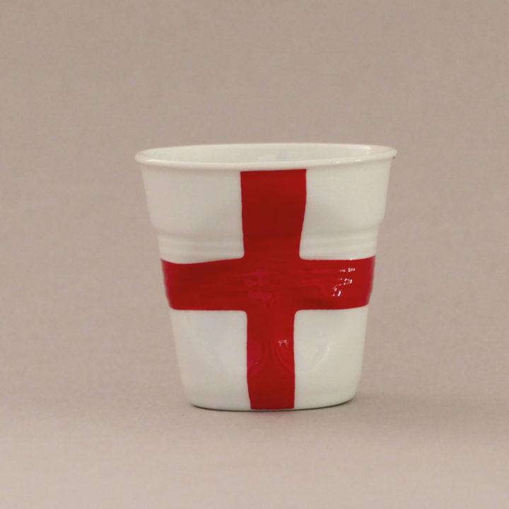 la tasse Angleterre fait partie de la collection flag par revol, une série de tasses froissées en porcelaine éditée pas revol à partir d'une idée originale de béatrice pene créatrice d'assiettes et compagnie
