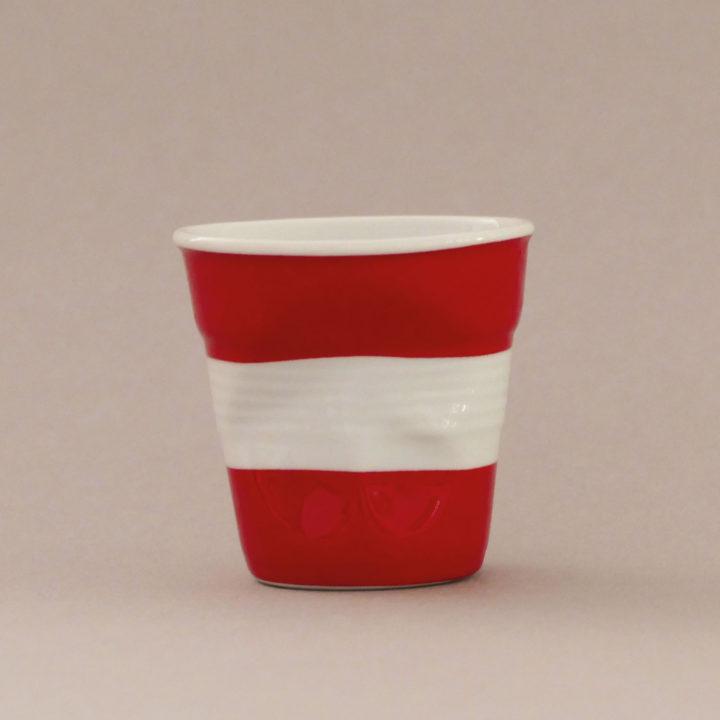 la tasse Autriche fait partie de la collection flag par revol, une série de tasses froissées en porcelaine éditée pas revol à partir d'une idée originale de béatrice pene créatrice d'assiettes et compagnie