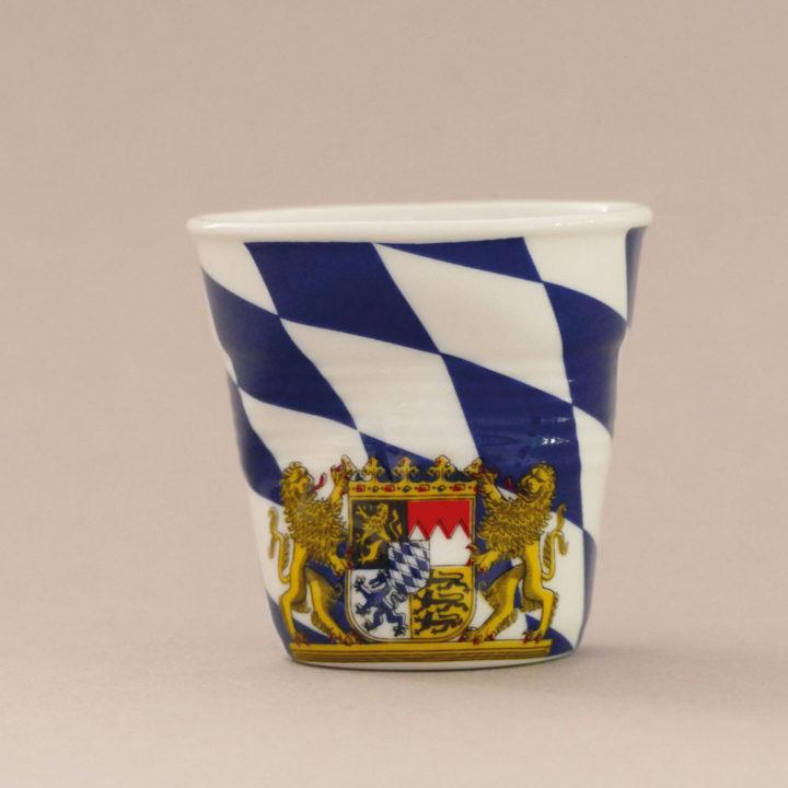 la tasse Bavière fait partie de la collection flag par revol, une série de tasses froissées en porcelaine éditée pas revol à partir d'une idée originale de béatrice pene créatrice d'assiettes et compagnie