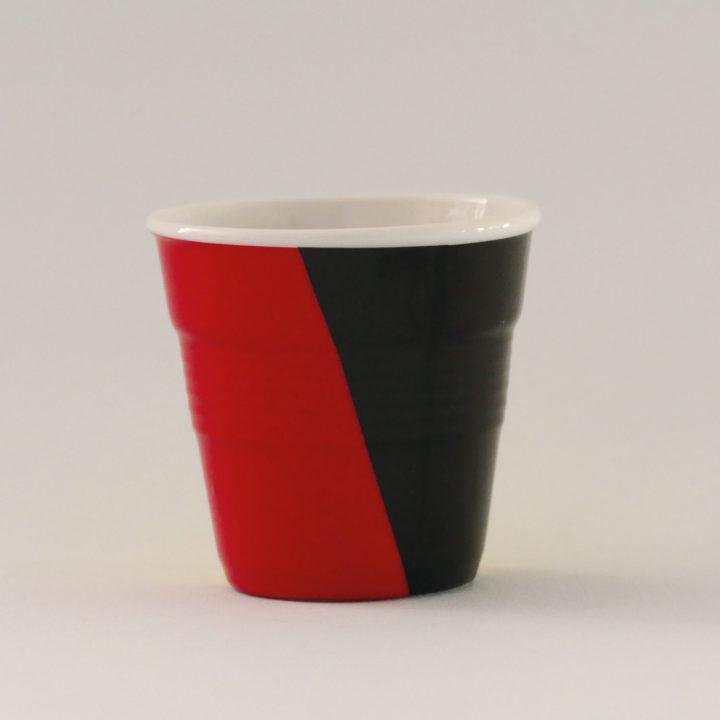 la tasse Belgique fait partie de la collection flag par revol, une série de tasses froissées en porcelaine éditée pas revol à partir d'une idée originale de béatrice pene créatrice d'assiettes et compagnie