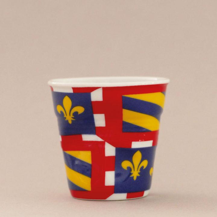 la tasse Bourgogne fait partie de la collection flag par revol, une série de tasses froissées en porcelaine éditée pas revol à partir d'une idée originale de béatrice pene créatrice d'assiettes et compagnie