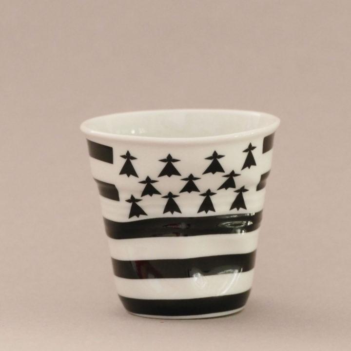 la tasse Bretagne fait partie de la collection flag par revol, une série de tasses froissées en porcelaine éditée pas revol à partir d'une idée originale de béatrice pene créatrice d'assiettes et compagnie