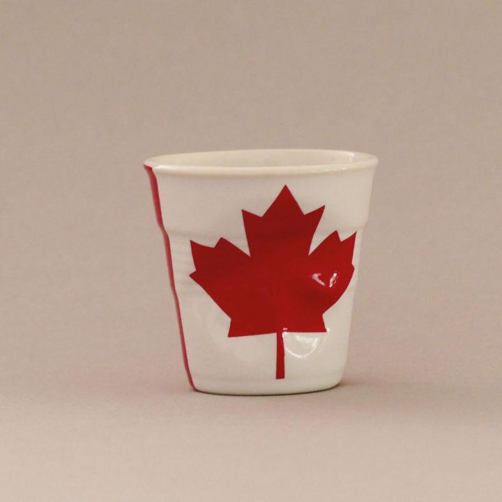 la tasse Canad fait partie de la collection flag par revol, une série de tasses froissées en porcelaine éditée pas revol à partir d'une idée originale de béatrice pene créatrice d'assiettes et compagnie