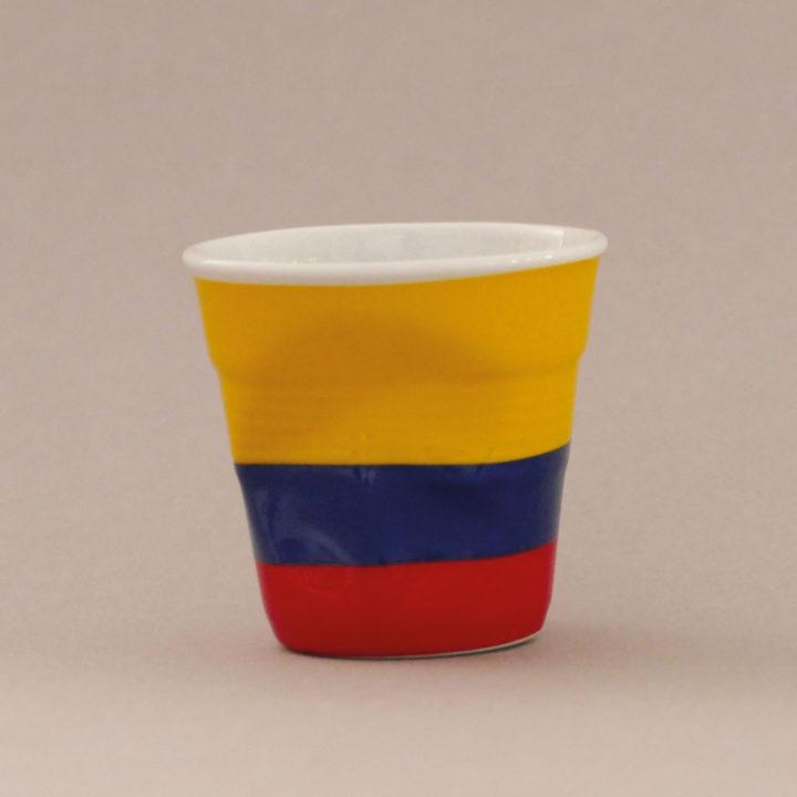la tasse Clombie fait partie de la collection flag par revol, une série de tasses froissées en porcelaine éditée pas revol à partir d'une idée originale de béatrice pene créatrice d'assiettes et compagnie